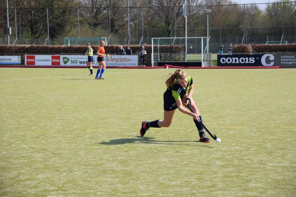 Melanie Nota versterkt de verdediging tijdens de spannende wedstrijd in Hoogeveen.