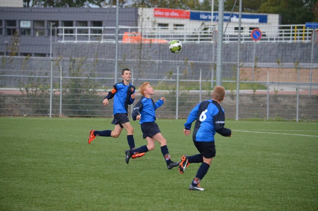 Combinatievoetbal, een sterke verdediging en vele aanvallen waren de ingrediënten in de wedstrijd Makkum JO13-1 tegen fc Harlingen JO13-2.