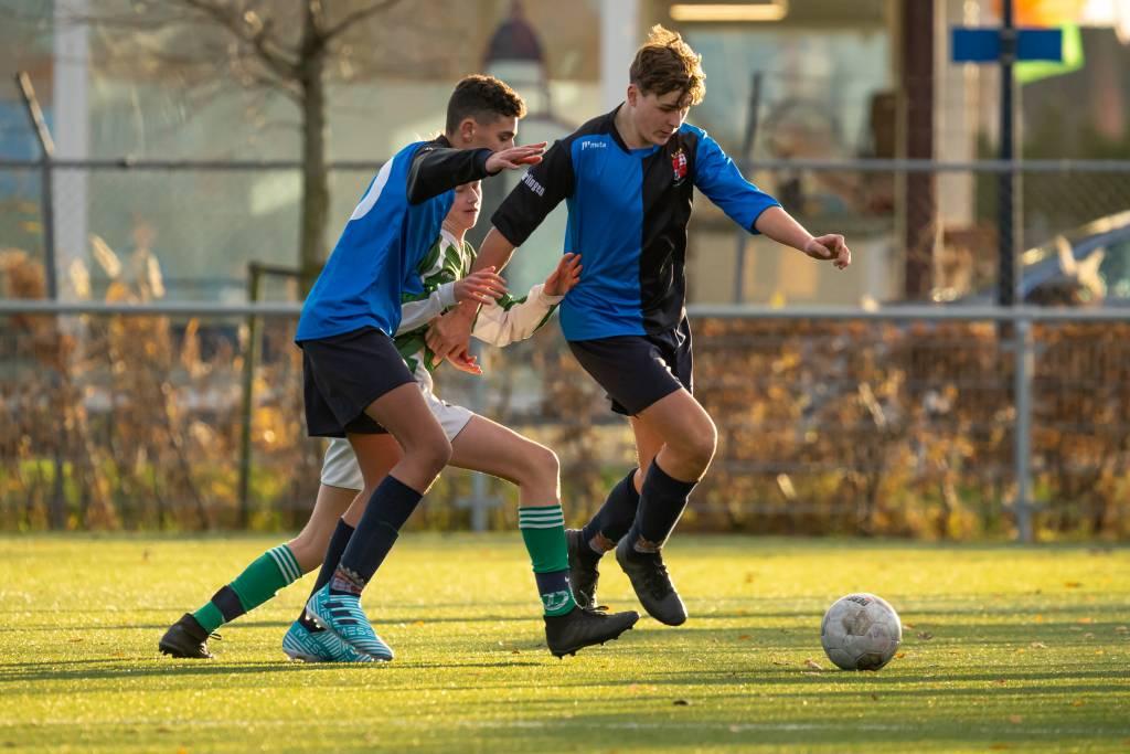 Een mooie steekpass van Jens bereikt Jesper die de bal perfect voorgeeft waarna het voor aanvoerder Allard bij de tweede paal een koud kunstje is om de voorsprong te verdubbelen. (Foto: P. IJdema)
