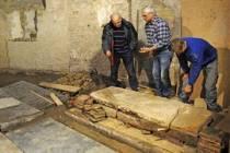 Grafsteen uit 1485 ontdekt in Kimswerd
