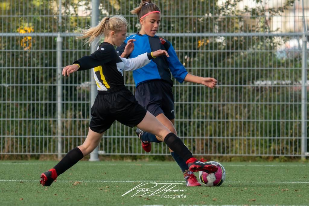 Veel strijd en passie in de wedstrijd fc Harlingen MO15-1 tegen SWZ Boso Sneek MO15-1.(Foto: P. IJdema)