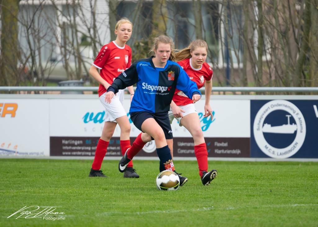 Op de foto Gwen Metz. Zij speelt bij fc Harlingen MO17-1, een team waar veel voetbal maar vooral ook veel plezier in zit. (Foto: Peter IJdema)
