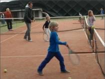 Kinderen maken kennis met tennis