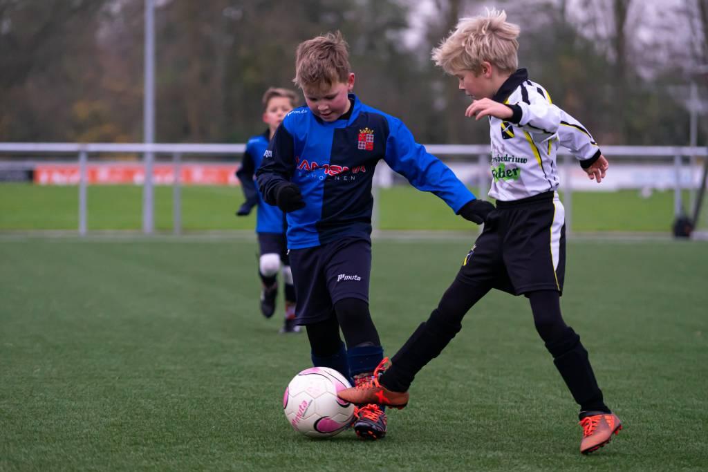 Een leuke wedstrijd bij de jeugd van fc Harlingen JO9-1 en Arum/Stormvogels JO9-1 waar potentie inzit. Hier bleek wel weer dat wanneer je samen speelt heel veel plezier hebt en de prestatie dan minder belangrijk is. (Foto: P. IJdema)