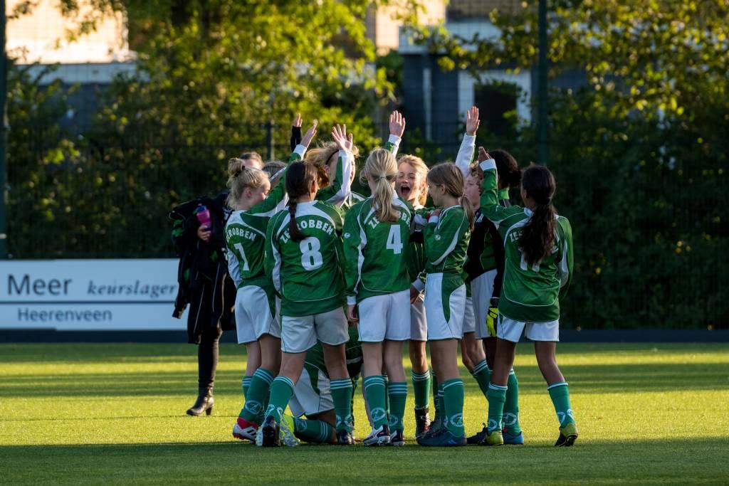 Voorafgaand aan de wedstrijd zoeken de meisjes van MO13-1 elkaar altijd even op om elkaar succes te wensen.(Foto: Arjen Huitenga)