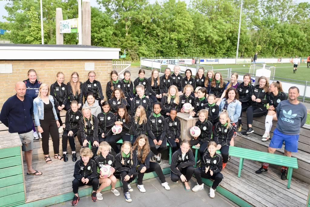 De meiden van de jeugdafdeling van Zeerobben presenteren zich in hun presentatiepak. Ze trainen nog even door, vieren dan vakantie en gaan er weer vol voor in het nieuwe seizoen. (Foto: Frans Bode)