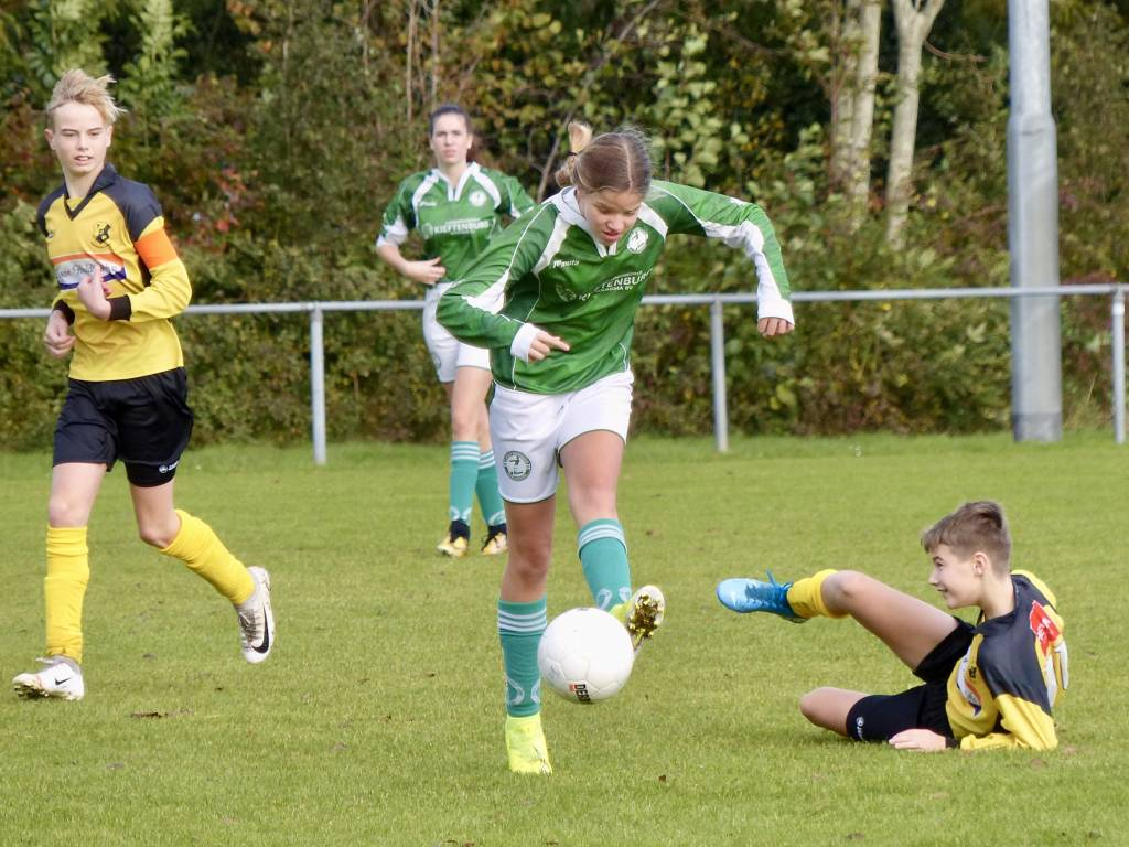 De meiden van JO15-5 gaven de jongens soms het nakijken in de wedstrijd tegen TOP '63.(Foto: Gertjan Miedema)