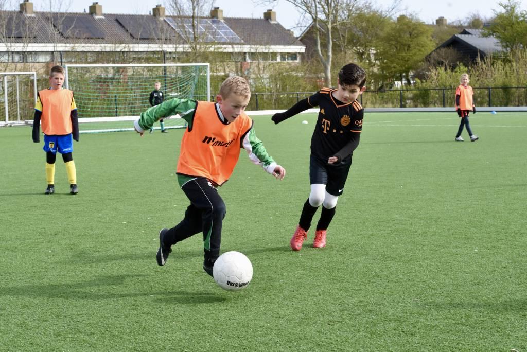 Zolang er nog geen versoepelingen zijn voor de buitensporten wordt er onderling gespeeld op het Oostersportpark. (Foto: Frans Bode)