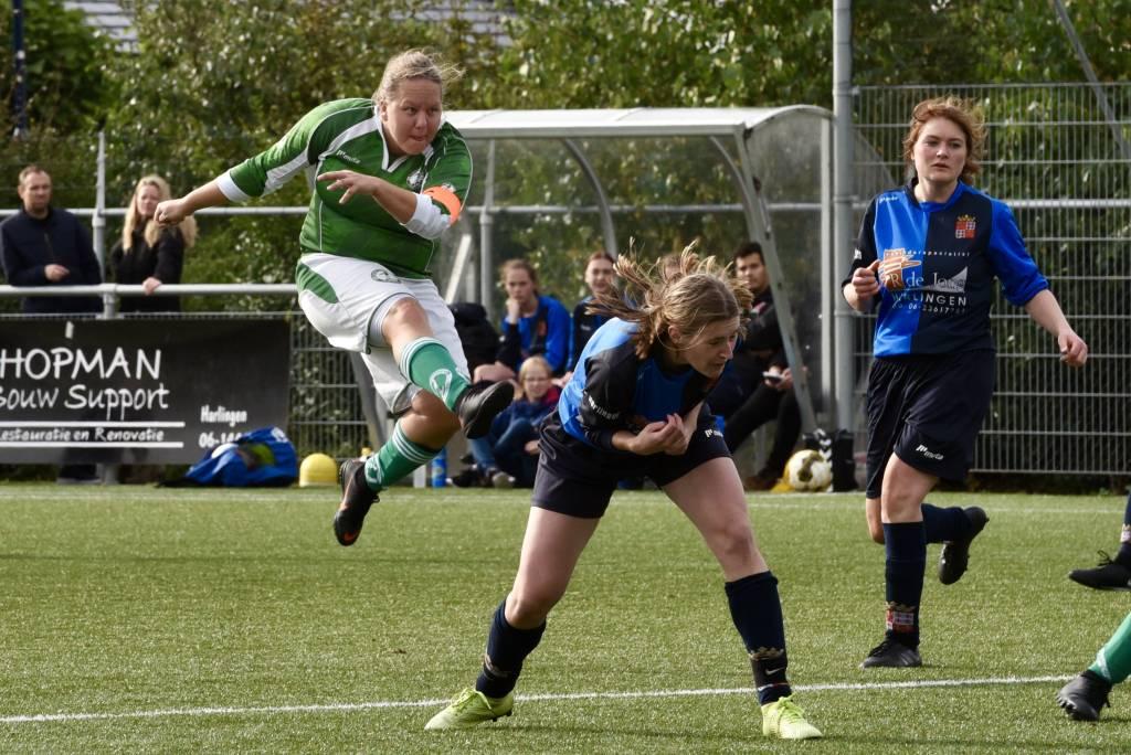 Een gemotiveerd Zeerobben versloeg de vrouwen van fc Harlingen met maar liefst 9-0.(Foto: Frans Bode)