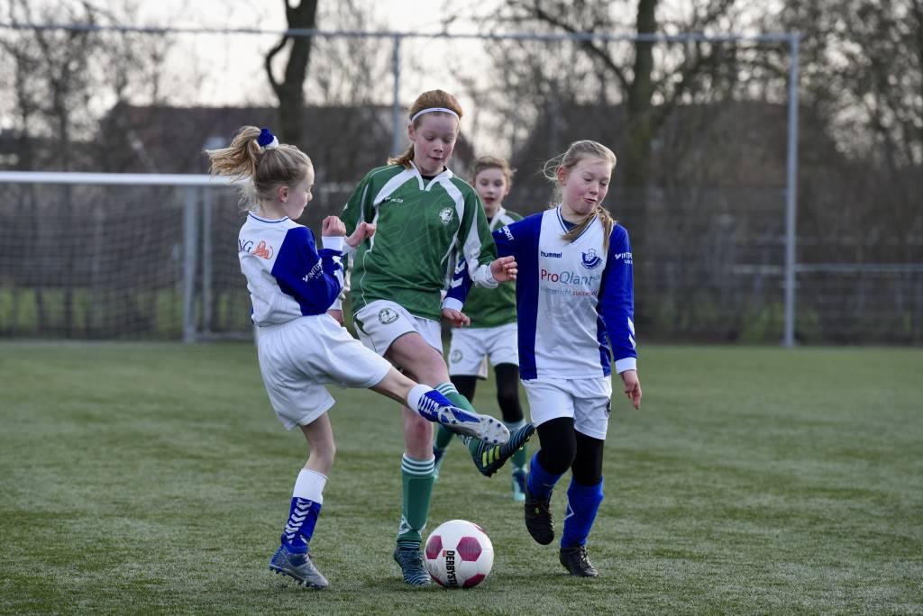 MO11-1 won de eerste wedstrijd van de voorjaarscompetitie met 10-0 van Blauw Wit.(Foto: Frans Bode)