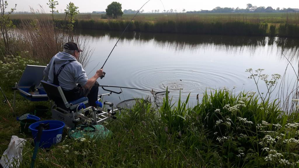 Freerk van Duinen bezig met een grote vis.