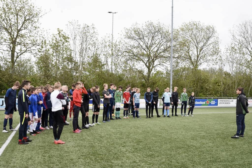Jens van Sluis kon op een grote deelname rekenen van de jeugd van JO14-1 en JO15. In het kader van zijn examenopdracht voor het CIOS organiseerde hij dit onderlinge toernooi. Ook bij de overige jeugd werd er weer fanatiek gespeeld.  (Foto: Frans Bode)