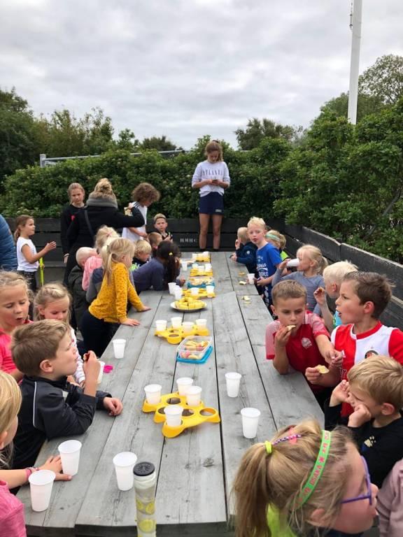 De kinderen genieten van het lekkere fruit van JOGG Harlingen.