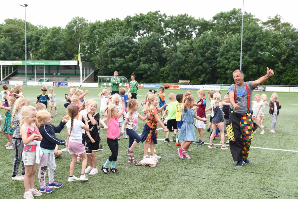 Net als voorgaande jaren was Stijn Kooijman van Jongerenwerk Harlingen aanwezig om het feest te openen en af te sluiten met een dansje.(Foto: Frans Bode)