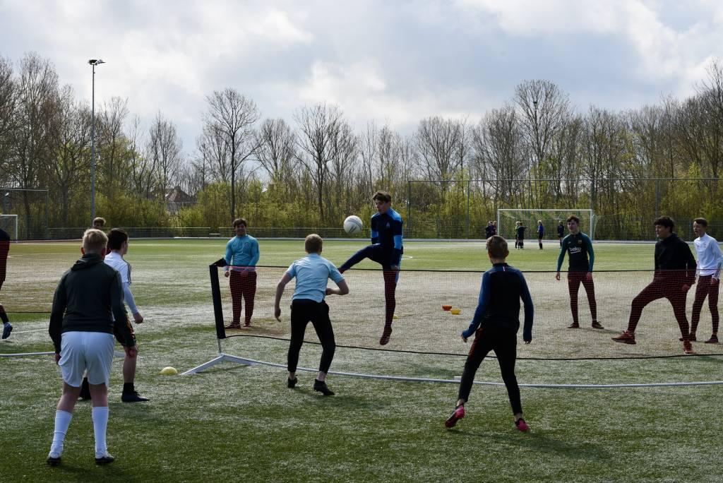 Voetvolley en toernooivoetbal. Leuke alternatieven voor de zaterdagochtend op het voetbalveld. (Foto: Frans Bode)