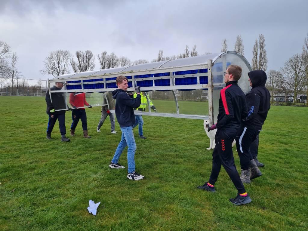 De afgelopen twee weken zijn de vrijwilligers bij fc Harlingen  keihard bezig geweest met werkzaamheden rond het hoofdveld. (Foto: E.c.A)