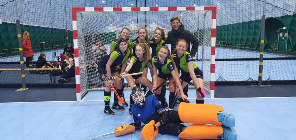 Een aantal meiden B werden verrast door een clinic gegeven door Robert Tigges, de coach van de dames van Amsterdam (landelijke hoofdklasse) en zelf topzaalhockeyer.