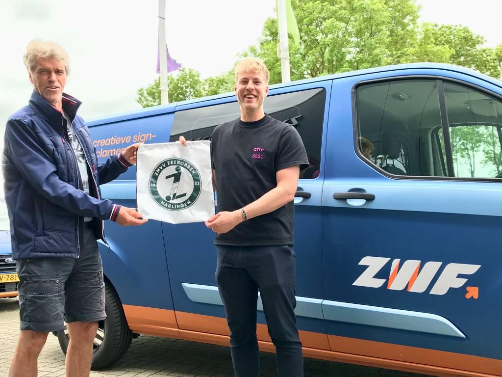 Afgelopen woensdag mocht Frans Bode het eerste 'Zeerobben-tasje' uit handen van ZWF-medewerker Patrick Amels in ontvangst nemen. De tasjes zullen komende dagen worden uitgereikt aan iedereen.(Foto: Geoffrey Schippers)