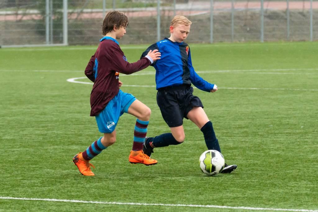 Billen knijpend tot het einde maar fc Harlingen JO13-1 hield stand in de wedstrijd tegen Oudega/Heeg JO13-1. (Foto: P. IJdema)