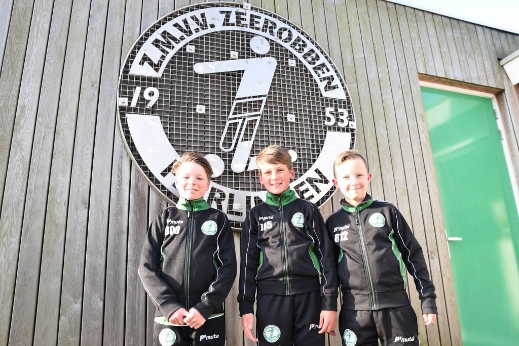Een nieuw avontuur volgend seizoen voor drie jeugdspelers van Zeerobben. Vlnr Reen Zandstra, Davey Volbeda en Nikolai Francois.(Foto: Frans Bode)