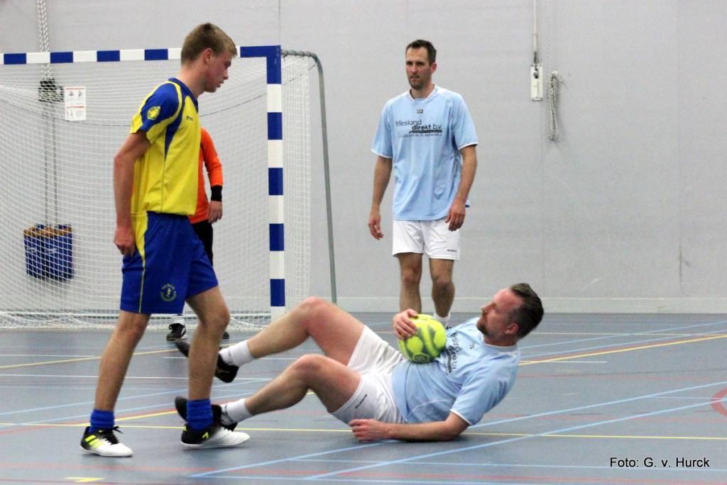 Gezien tijdens de wedstrijd Friesland Direct – PoPaLo: Een schwalbe van Bouke Zuiderhof?