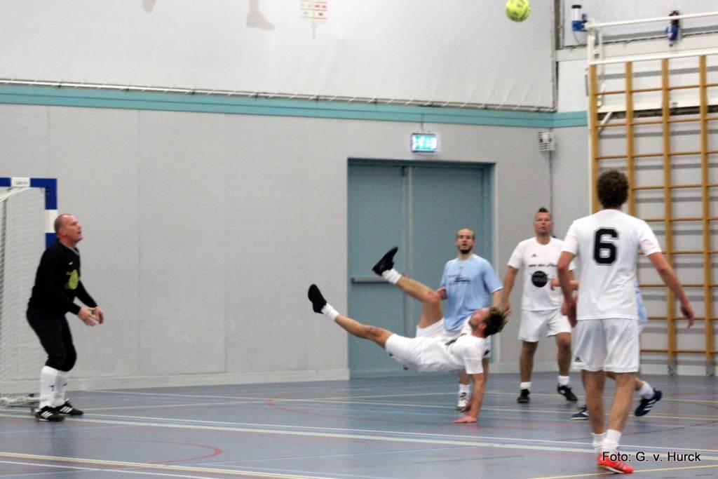 Gezien tijdens de wedstrijd vd Ploeg/Kantine Waddenhal – Friesland Direct: een ouwerwetse omhaal van Sjouke Bootsma.