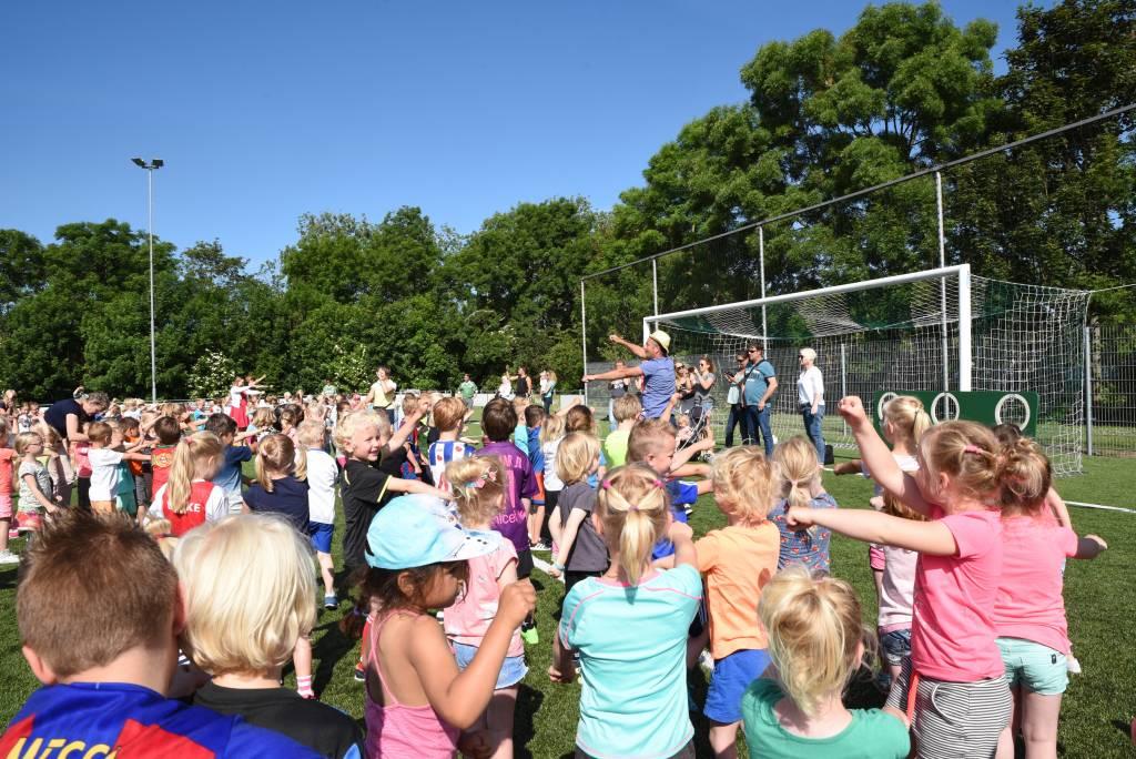 Alleen de opening van het kleutervoetbalfeest is al een groot feest met dansende kleuters (Foto: Frans Bode)