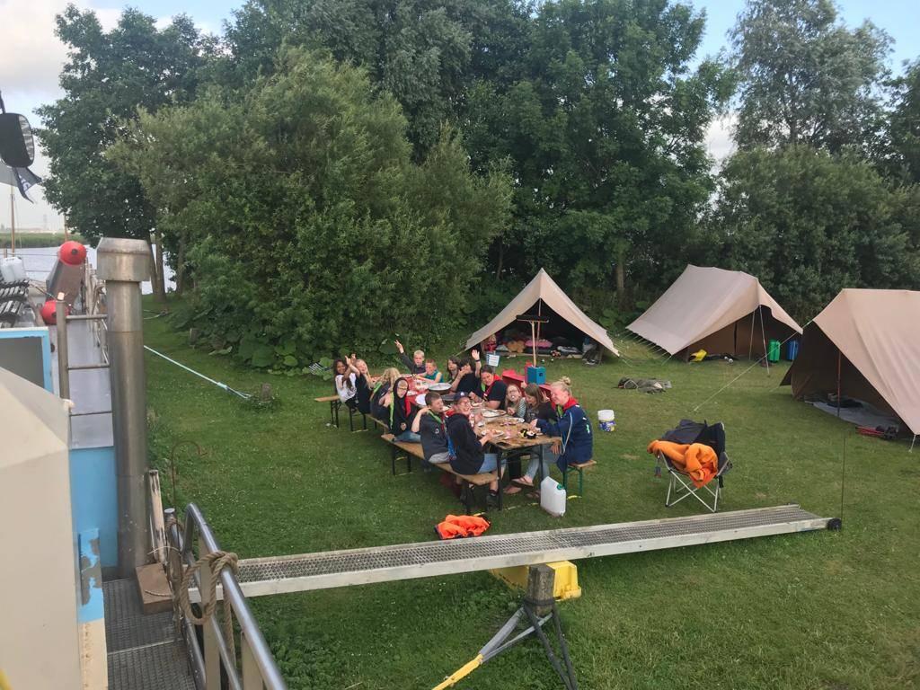 De scouts op hun eiland, tussen de tenten en het schip.
