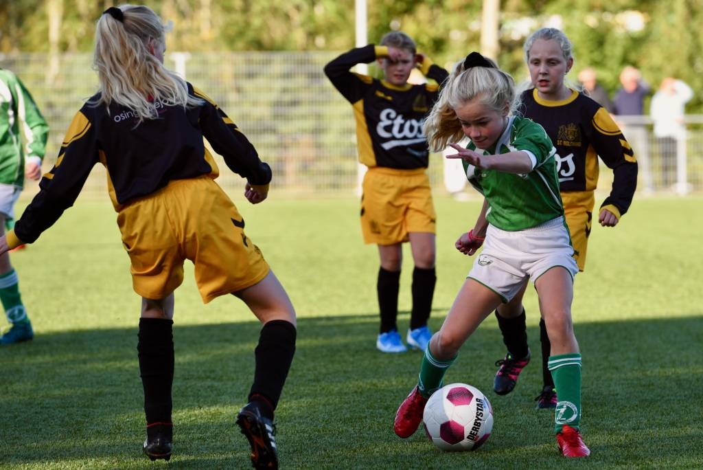 MO11-1 won haar eerste competitiewedstrijd met 7-0 van sc Bolsward. Morgen gaan de meisjes naar Urk. (Foto: Frans Bode)