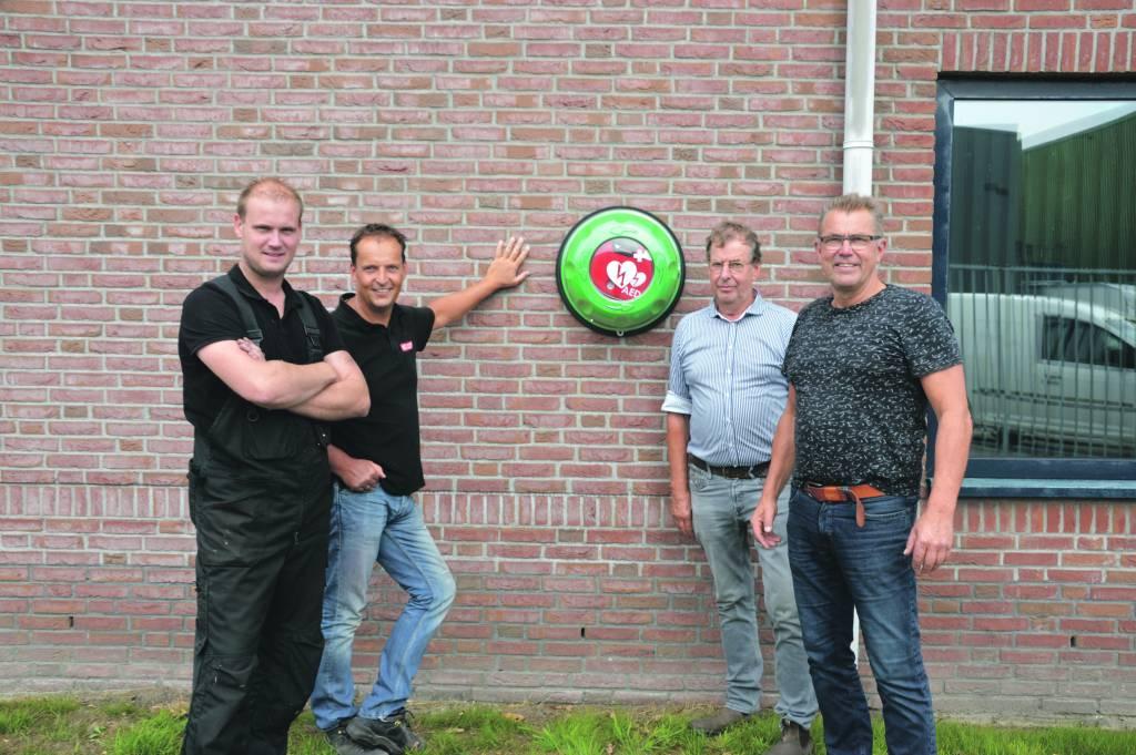 Gezamenlijk werd de AED aangeschaft. V.l.n.r. Timo Offenga, Hans Schakenbos,  Jan Mensonides en Jelle Bruinsma. (Foto: HC – Ubbo Posthuma)