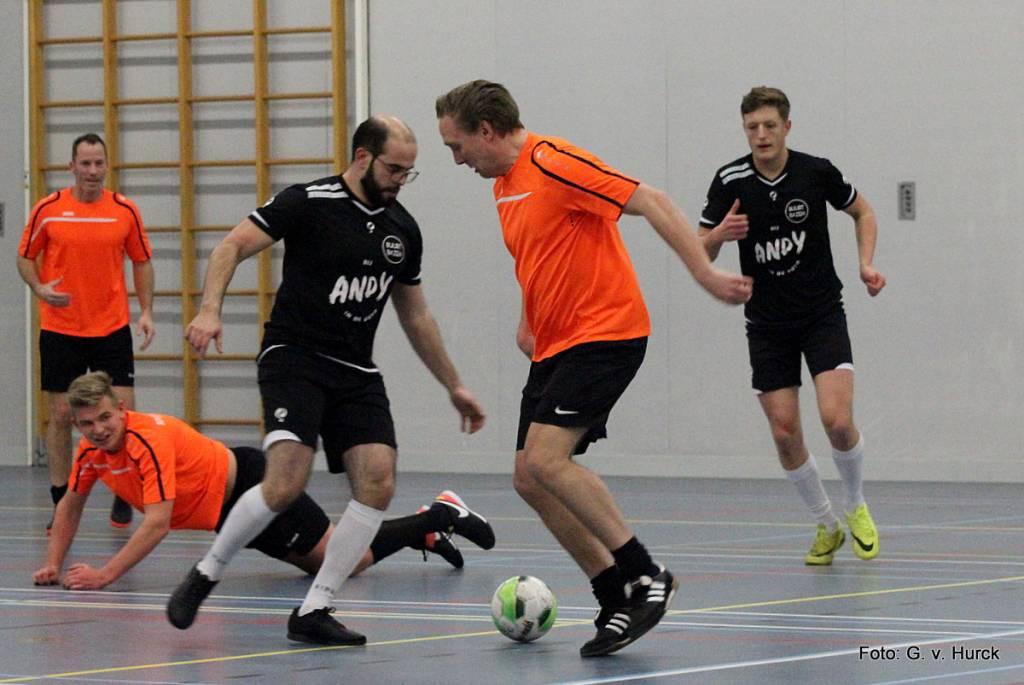Siebe Lutgendorff in duel tijdens de wedstrijd BuurtBazen-Bouwvisie Friesland.