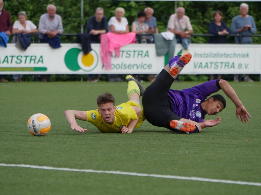 Na een matige eerste helft stelde Zeerobben na rust orde op zaken en won in Bedum met 0-5 en speelt ook komend seizoen weer in de 1e klasse Noord. (Foto: Bert Drent)