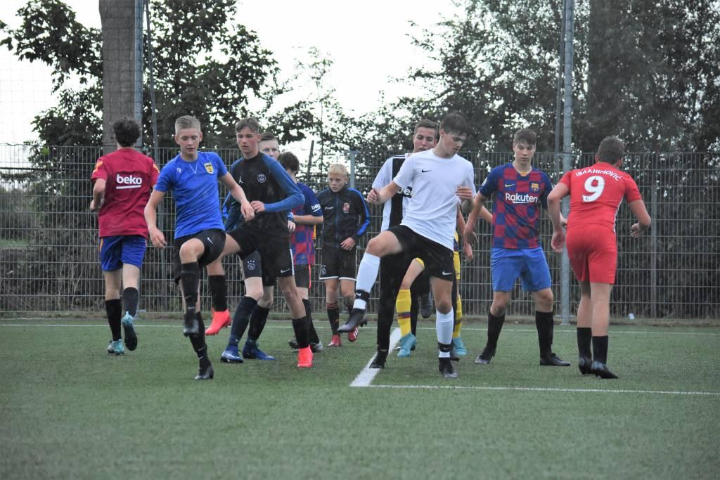 Onder leiding van Ricardo Wijbenga, Aaron Bouwhuis, Melle Hoekstra en Arjan Noordeloos werd bij fc Harlingen JO17-1 maandagavond de eerste training van het nieuwe seizoen afgewerkt. (Foto: E.c.A.)