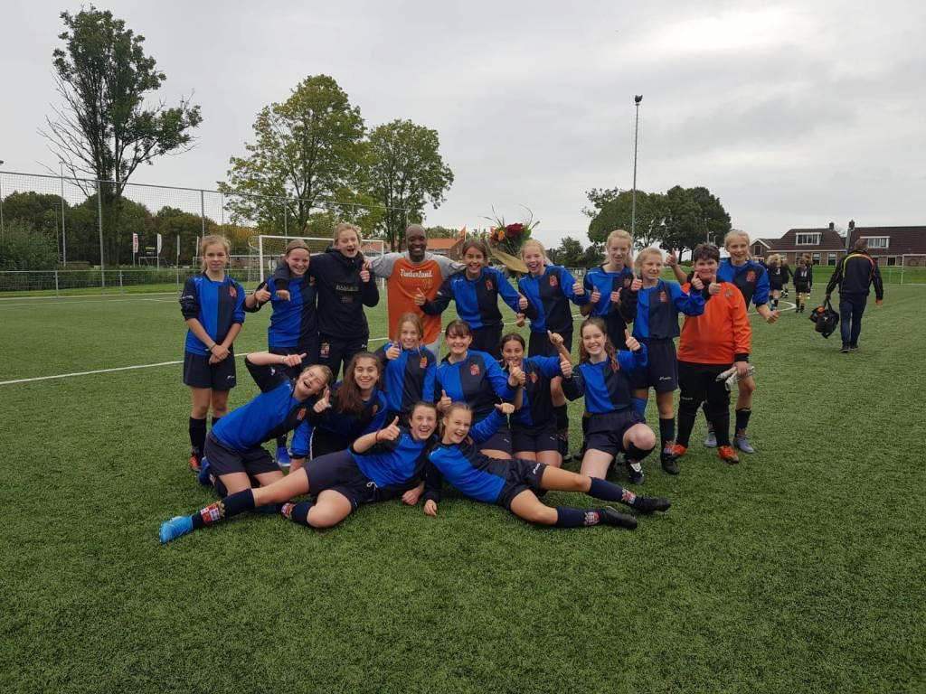 Ondanks het verlies van fc Harlingen MO15-1 hadden de meiden ook deze keer weer een bloemetje mee voor de scheidsrechter om hem te bedanken.