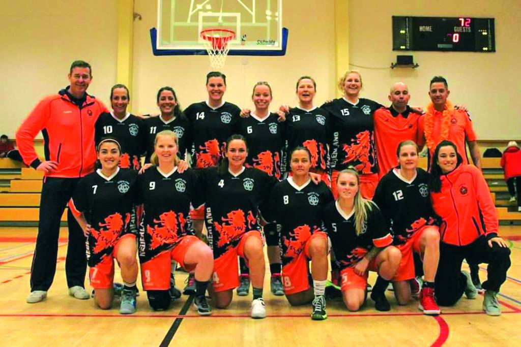 Op de foto het Nationaal Militair Basketbalteam met staand, tweede van rechts, sergeant-majoor Bas van Hek.
