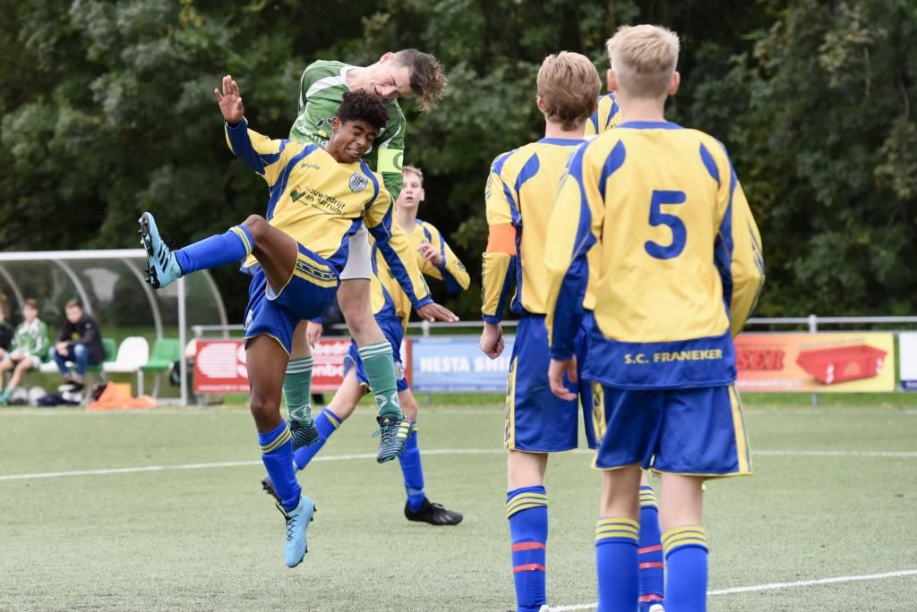 Aanvoerder Björn Jan Dijkstra neemt zijn ploeg op sleeptouw en kopt de 2-1 binnen. JO17-1 wint de streekderby tegen Franeker uiteindelijk met 3-1.(Foto: Frans Bode)