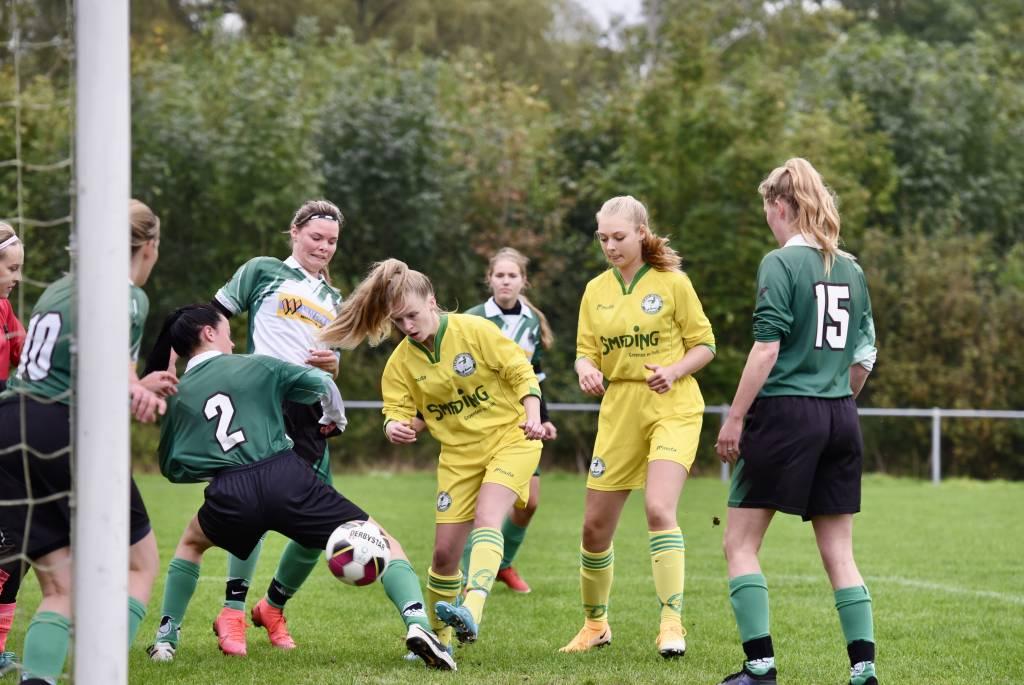 De vrouwen van VR1 wisten de eerste competitiewedstrijd tegen Beetgum meteen met 4-0 te winnen door onder andere een doelpunt van Irene Brandsma. (Foto: Frans Bode)
