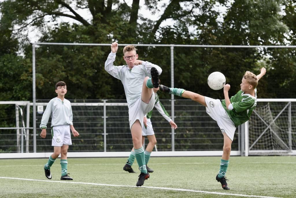 Ook de spelers van JO15-3 en JO15-4 speelden afgelopen zaterdag een onderlinge oefenwedstrijd ter voorbereiding op de bekercompetitie. (Foto: Frans Bode)