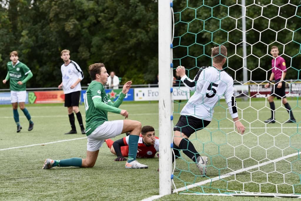 Keeper en verdediger van Drachtster Boys hebben het nakijken als Willem Gaastra de 1-1 in het dak van het doel schiet. (Foto: Frans Bode)