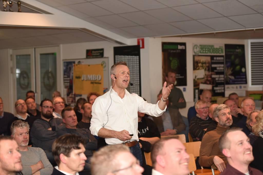 Een gedreven Björn Kuipers vertelde onder andere over zijn avonturen als arbiter op internationaal niveau. (Foto: Frans Bode)