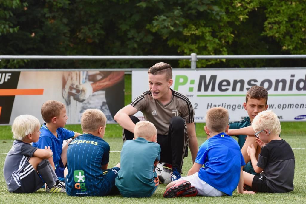 De Waddenrobkes hebben alweer een aantal trainingen achter de rug waar de jeugdtraining en uitleg krijgt van de jeugd. (Foto: Frans Bode)