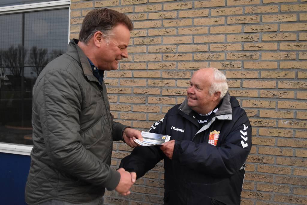 Dinsdagavond kreeg Age Tichelaar uit handen van bestuurslid Erik Zandberg twee V.I.P. kaarten overhandigd voor de wedstrijd sc Cambuur - fc Jong Utrecht. (Foto: fc Harlingen)
