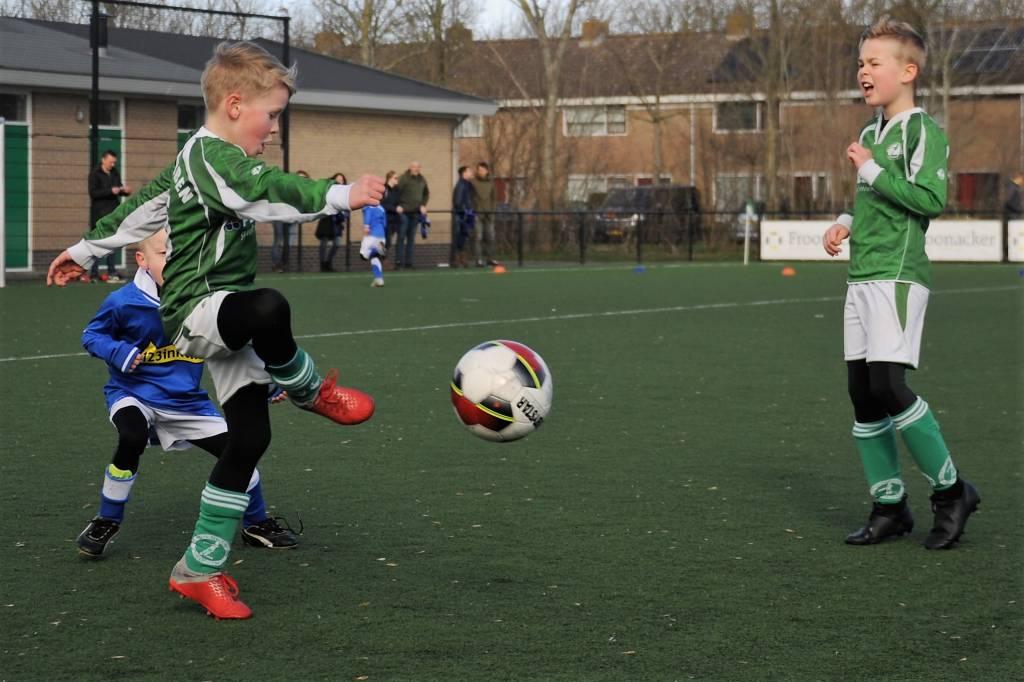 Volop concentratie bij de spelers van Zeerobben JO8-1 in de wedstrijd tegen LSC uit Sneek.(Foto: Wies Procee)