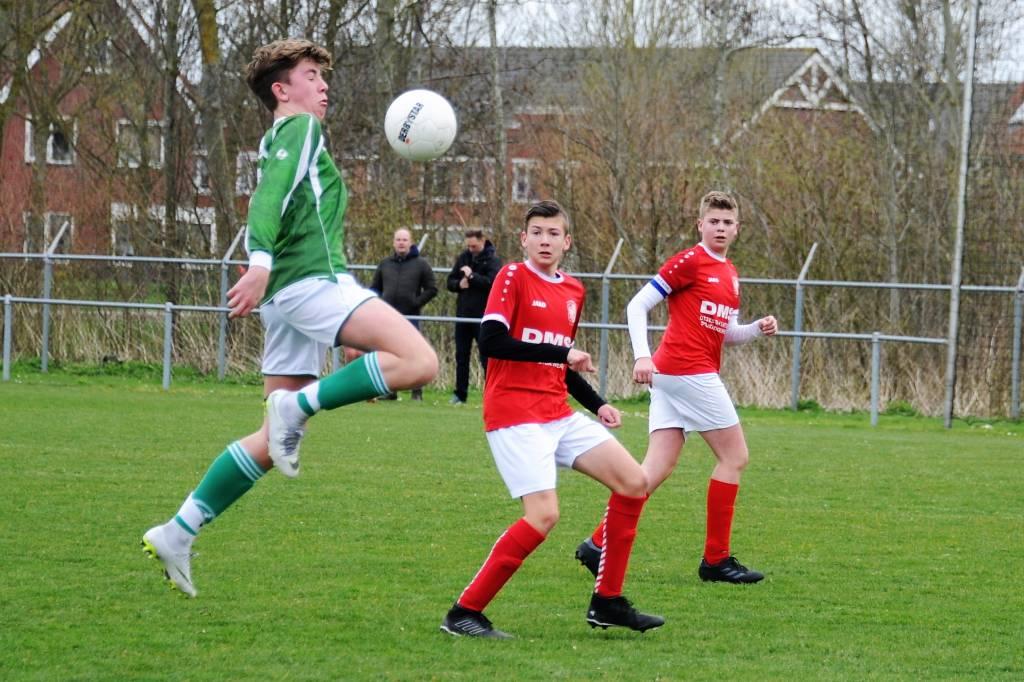 JO17-2 speelde in een doelpuntrijke wedstrijd met 3-3 gelijk tegen Workum JO17-1. (Foto: Wies Procee)