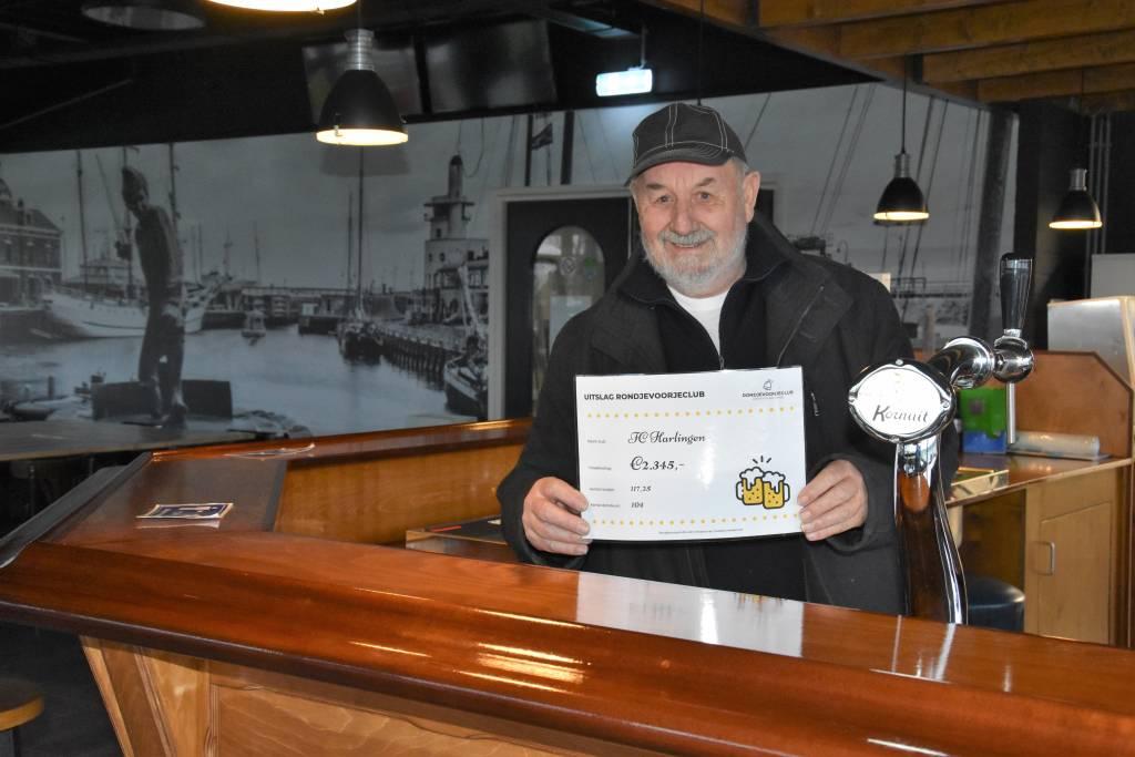 Het genoegen was aan Berend Visser die namens fc Harlingen de cheque in ontvangst nam. (Foto: E.c.A)