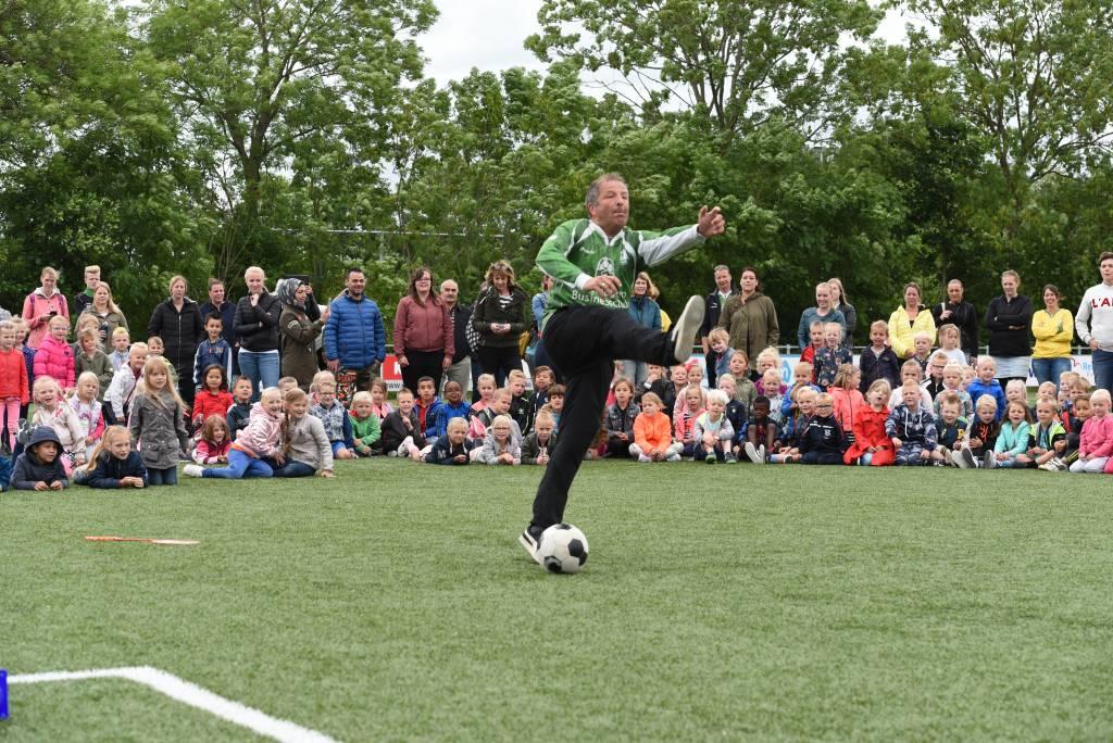 Ook dit jaar zal Stijn Kooijman van Jongerenwerk Harlingen het kleutervoetbalfeest bij Zeerobben weer openen. (Foto: Frans Bode)