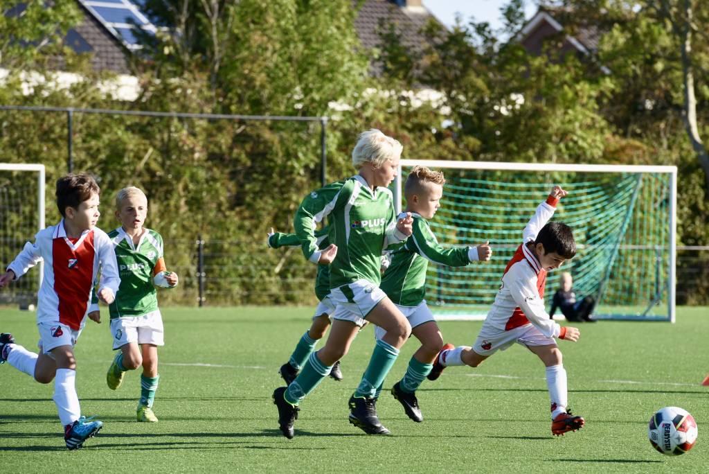 Met z'n allen achter de bal aan rennen in de wedstrijd tussen JO8-1 en Flevo Boys JO8-1 uit Emmeloord. Het blijft een mooi gezicht. (Foto: Frans Bode)