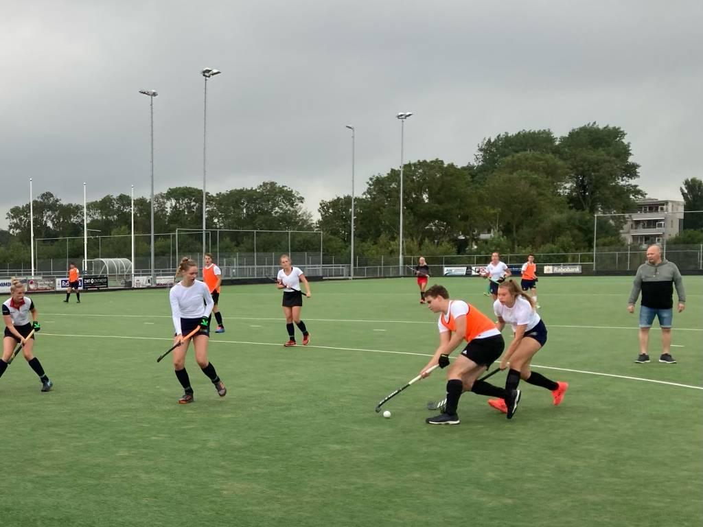 De Dames en Heren van HMHC speelde afgelopen zondag een oefenwedstrijd om weer wat wedstrijdritme op te doen.