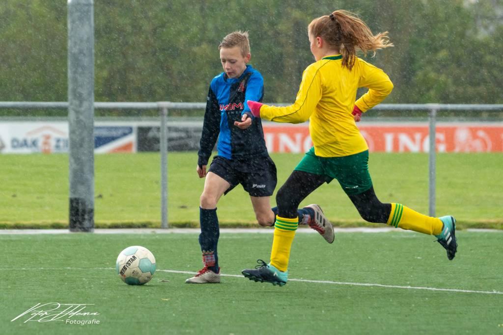 Het weer was bar en boos tijdens de wedstrijd waarin fc Harlingen JO11-2 het op nam tegen de grote jongens en meisje van Hielpen JO11-1.