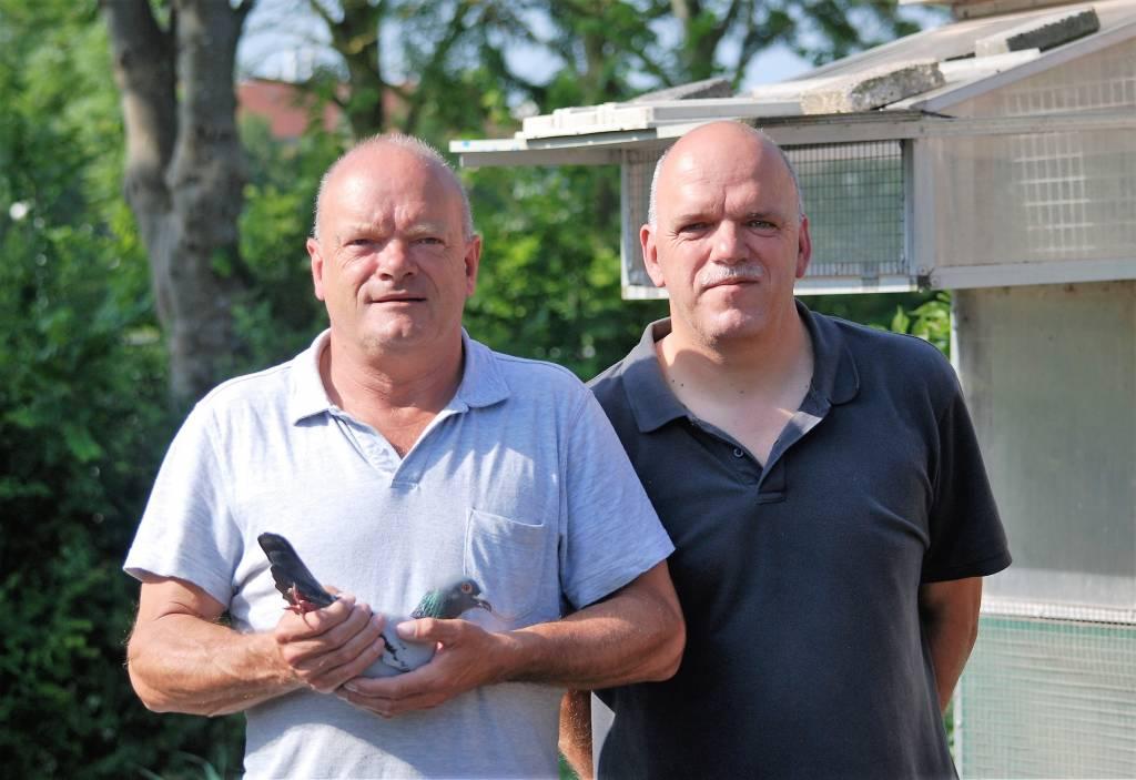 Pollie en Peter Kwast en hun supersnelle doffer die eerste werd van de gehele Afdeling Friesland.(Foto: Peter Broekhuizen)